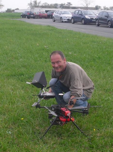 Les démonstrations de vol se sont tenues devant l'immeuble de la CEI. De loin, on dirait un jouet télécommandé.
